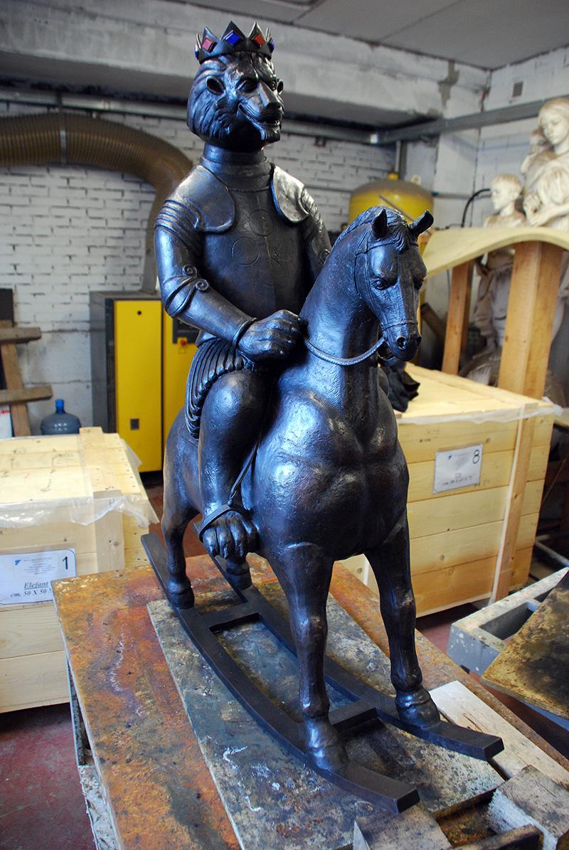 Leone con cavallo a dondolo
